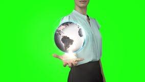 有地球动画的女实业家在绿色屏幕前面 股票视频