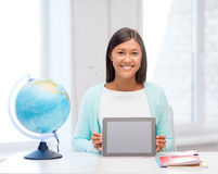 有地球和片剂个人计算机的老师在学校 免版税库存图片