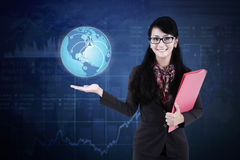 有地球和社会网络的女实业家 免版税图库摄影