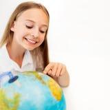 有地球地球的微笑的学生女孩 图库摄影