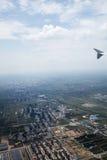 有地球的一个鸟` s眼睛视图在飞机上的 免版税库存图片