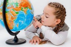 有地球的女孩在白色背景 免版税库存图片