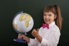 有地球的女小学生 免版税库存照片