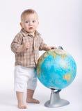 有地球的小滑稽的男孩在白色 免版税图库摄影