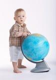 有地球的小滑稽的男孩在白色 库存图片