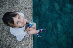 有地球的男孩在海附近查寻 汽车城市概念都伯林映射小的旅行 库存照片