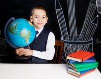 有地球的男小学生 免版税图库摄影