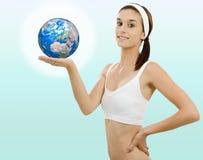 有地球的美丽的少妇在手中 免版税库存图片