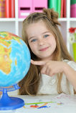 有地球的逗人喜爱的学生女孩 免版税库存照片