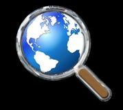 有地球的镀铬物放大镜在黑色 库存图片