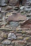 有地衣的古老被风化的石墙 图库摄影