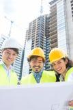有地面推算标绘图的建筑师在建造场所 库存照片
