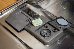 有坏的盘的洗碗机 粉末、洗碗盘行为片剂和rin 库存照片