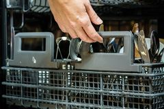 有坏的盘的洗碗机 粉末、洗碗盘行为片剂和rin 库存图片