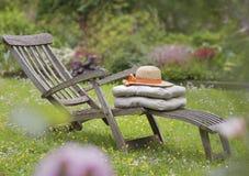 有坐垫的舒适的木可躺式椅 免版税库存图片