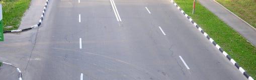 有坑洼的损坏的坏柏油路 沥青修补路面坑槽  库存图片