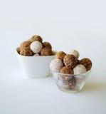 有块菌巧克力的分类的一个玻璃和白色碗, 免版税库存照片