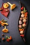 有坚果和莓果的板材 免版税库存图片