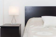 有坚硬木家具的Spacy豪华现代双重卧室 免版税库存图片
