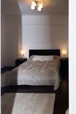 有坚硬木家具的Spacy豪华现代双重卧室 免版税图库摄影