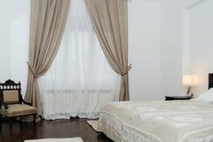 有坚硬木家具的Spacy豪华现代双重卧室 库存图片