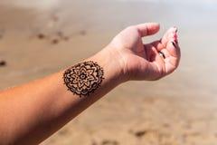 有坛场样式纹身花刺无刺指甲花mehendi的手 免版税库存照片
