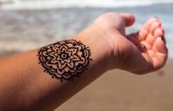 有坛场样式纹身花刺无刺指甲花mehendi的手 图库摄影