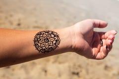 有坛场样式纹身花刺无刺指甲花mehendi的手 免版税库存图片