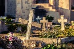 有坟墓和十字架的公墓 自由文字用法语 库存图片