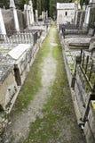 有坟墓的哥特式公墓 免版税库存图片