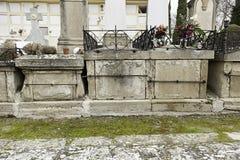 有坟墓的哥特式公墓 库存照片