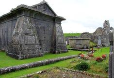 有坟茔的华美的老,历史的公墓和墓碑在乡下,爱尔兰, 2014年10月 免版税库存照片
