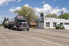 有坦克拖车通过的卡车一个小镇 免版税图库摄影