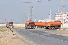 有坦克的卡车石油产品和c的运输的 库存图片