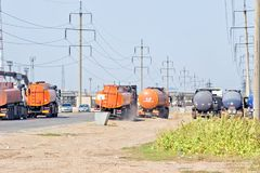 有坦克的卡车石油产品和c的运输的 免版税库存图片