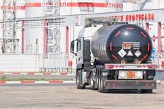 有坦克的卡车石油产品的运输的停留  免版税库存图片