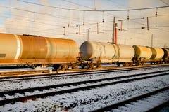 有坦克的常设火车在铁路 库存照片