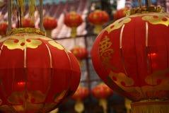 有垂悬在台湾寺庙的黄色缨子的红色灯笼在节日的基隆市 免版税库存照片