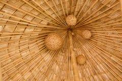 有垂悬民间艺术的被编织的竹子的竹木瓦屋顶 库存照片