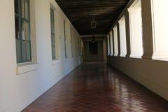有垂悬的光的白色走廊 库存照片