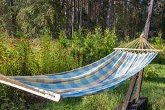 有垂悬的吊床的夏天庭院放松的 库存图片