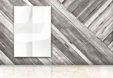 有垂悬的空白的室弄皱了白色海报在对角木 免版税库存照片