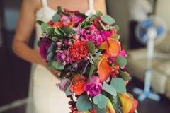 有垂悬的花束的新娘 免版税库存照片
