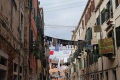 有垂悬的洗涤的狭窄的街道 免版税库存照片