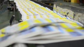 有垂距印刷品的连续传送带 股票视频