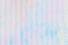 有垂直条纹的抽象肮脏的波纹状的金属篱芭 对现代背景、样式、墙纸或者横幅设计 图库摄影