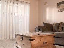 有垂直的窗帘的舒适空间 免版税库存图片