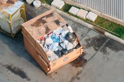 有垃圾家庭废物的,顶视图金属容器 图库摄影