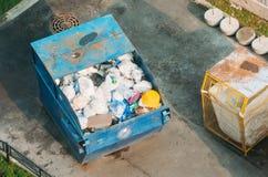 有垃圾家庭废物的,顶视图金属容器 库存照片