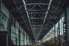 有垃圾的被放弃的大工业仓库大厅 被拆毁的制造的工厂,透视 库存图片